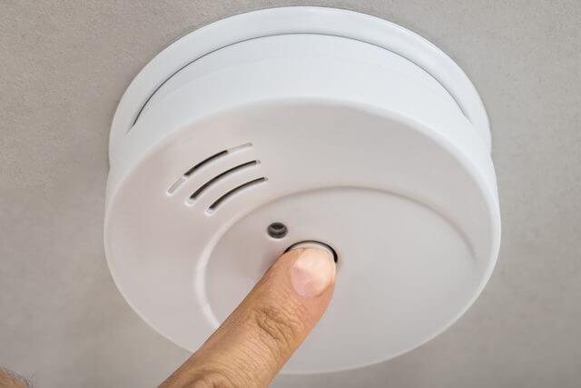 заглушаване на аларма на димен датчик
